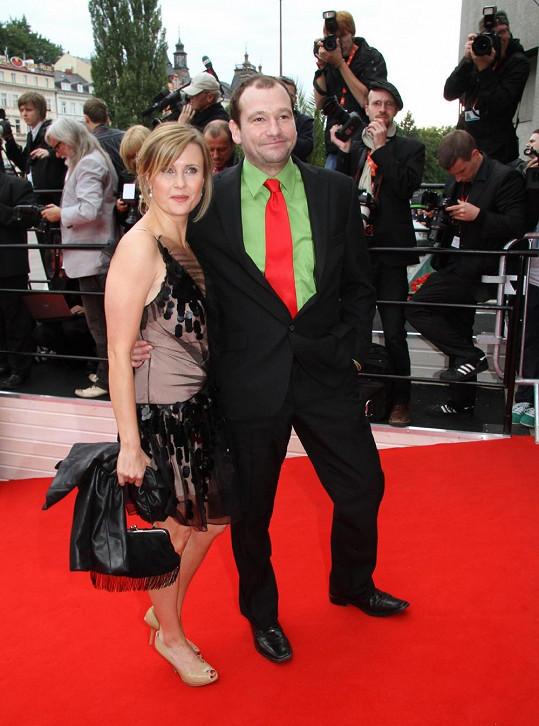 Ještě loni neměl herec s kým jít na zahájení karlovarského festivalu a tak ho doprovodila kolegyně Jitka Schneiderová.