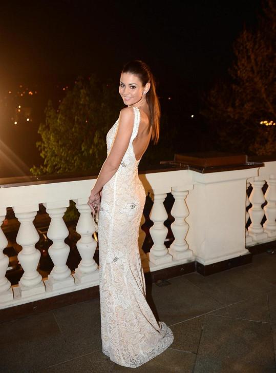 Lucie Smatanová si pod šaty s velkým výstřihem na zádech nemohla vzít podprsenku.