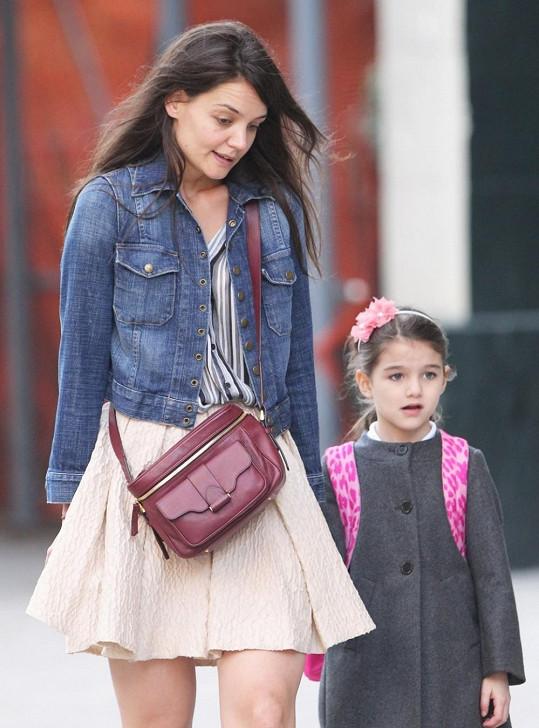 Dnes Katie platí spíš za trpělivou maminku umíněné Suri.