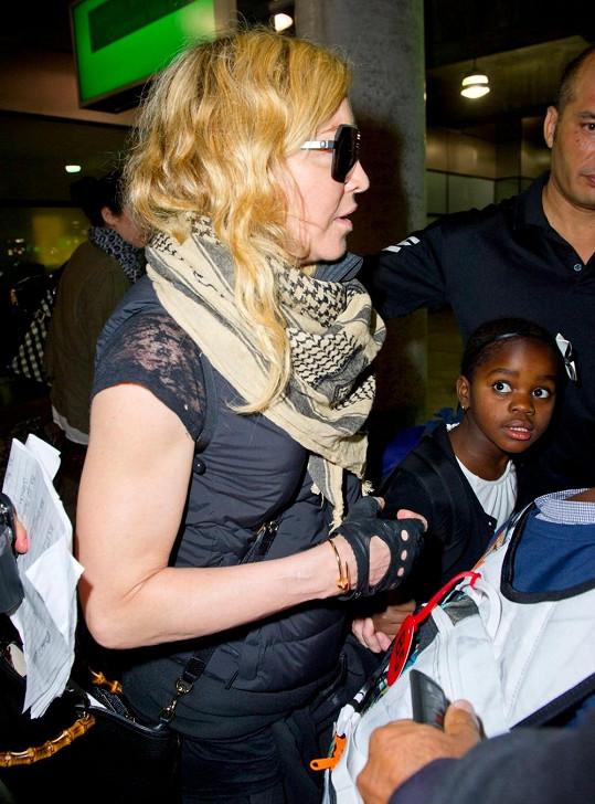 Madonna se maskovala brýlemi.