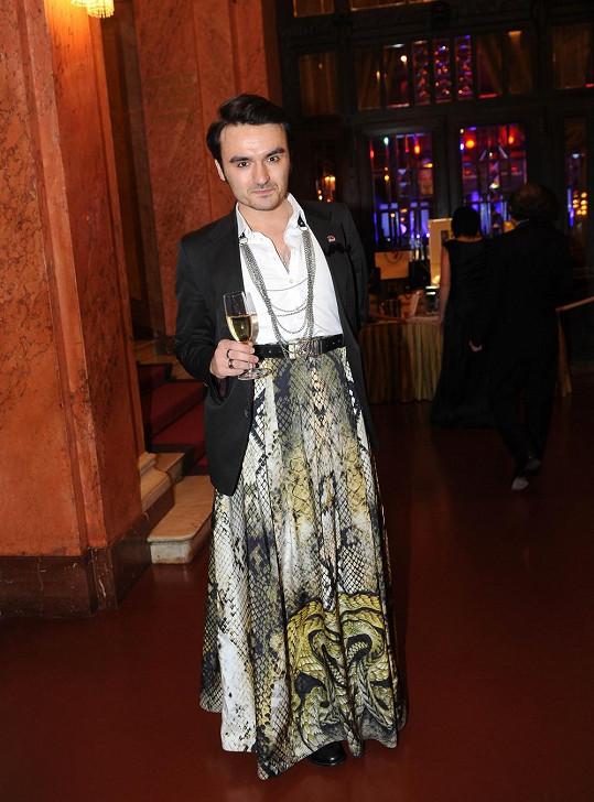 Marko Lopatič si oblékl sukni ze své kolekce.