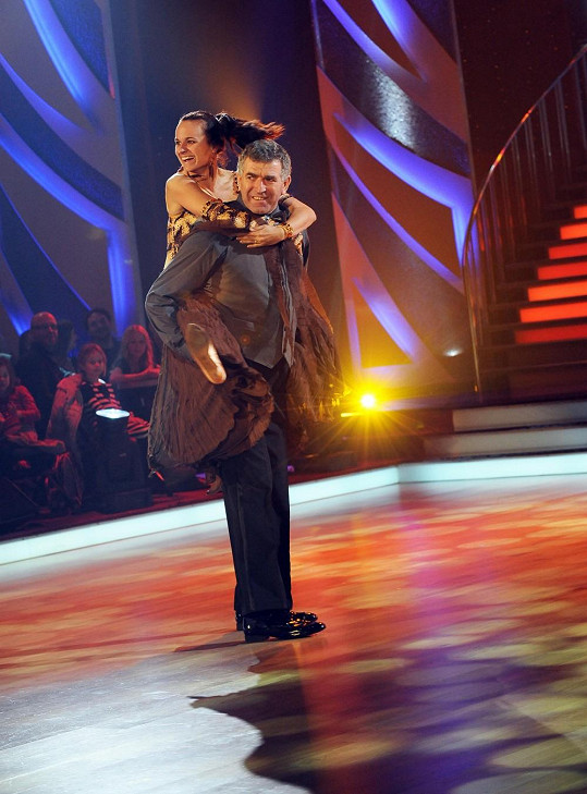 Mohutný atlet si tanec s krásnou Jitkou Šorfovou užíval.