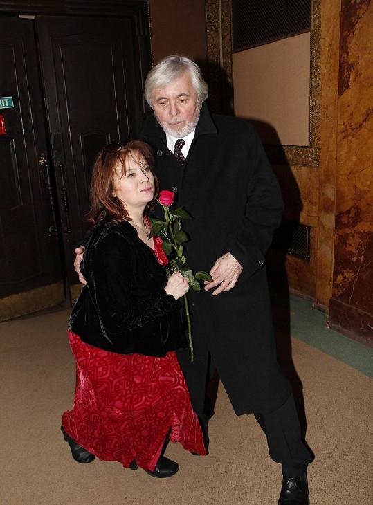 Libuše Šafránková poklekla manželovi k nohám.
