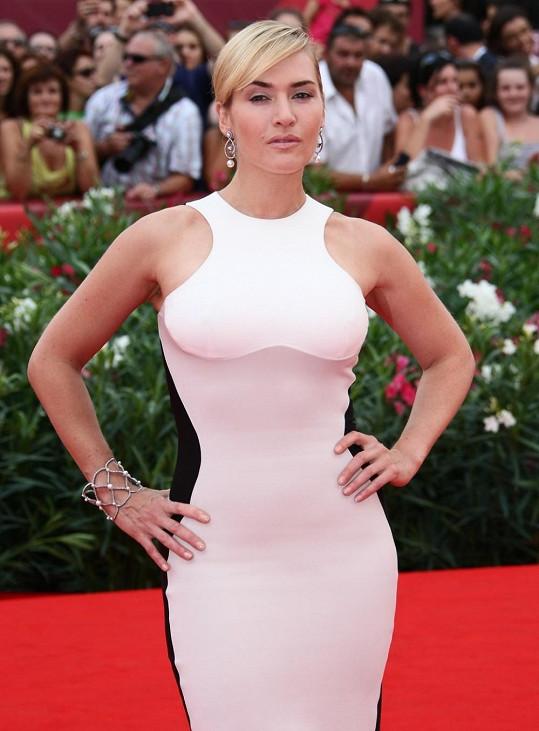 Kate Winslet si šaty od Stelly McCartney pořídila rovnou ve dvou barevných provedeních.