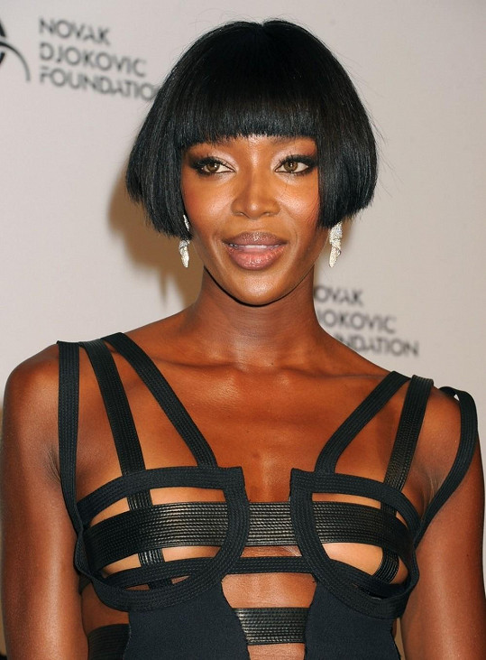 Naomi Campbell si troufla na nejodvážnější róbu večera.