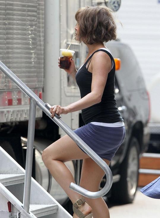 Jennifer Aniston se chlubí větším bříškem.