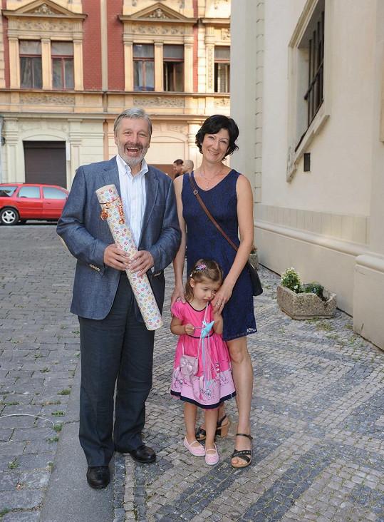 Jeden z bývalých tatínků nevěsty Martin Vačkář s rodinkou.