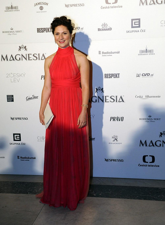 Martha Issová oblékla šaty v barvě mořského korálu s americkými průramky a řasenou sukní.