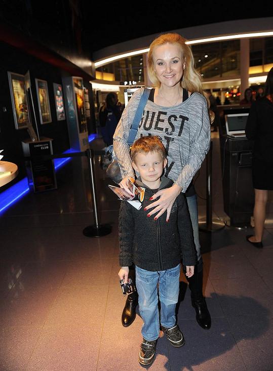 Linda Finková se synem na premiéře filmu Lego Movie