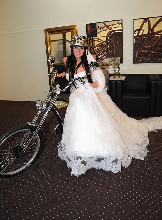 V salónu na pražské Národní třídě blbnula i s motorkou.