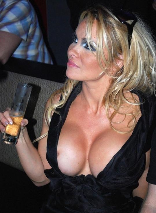 Sexbombu proslavily její silikony.