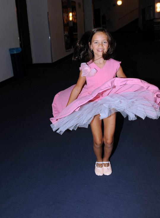 Charlotte Ella v růžových šatičkách vypadá skvěle.