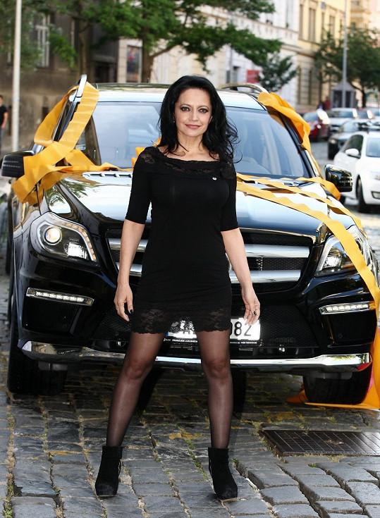 V autě zpěvačka sleduje dévédéčka, rozezpívává se a někdy se zvládá dokonce i převléknout.