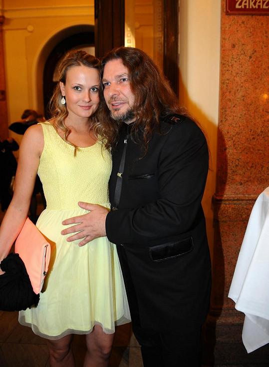 Petr Kolář na TýTý dorazil s přítelkyní Lenkou, ta byla z vystoupení partnera s Basikovou pořádně překvapená.
