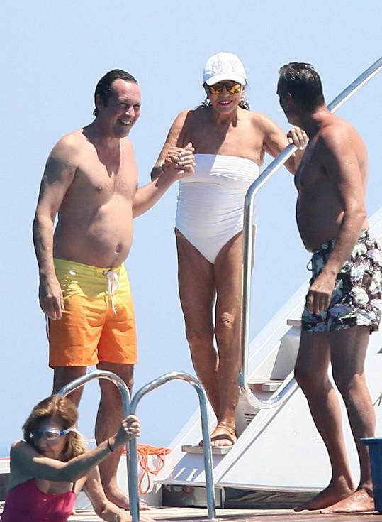 Joan se předvedla v plavkách.