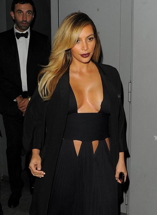 Večer Kardashian předvedla hedvábnou pokožku.
