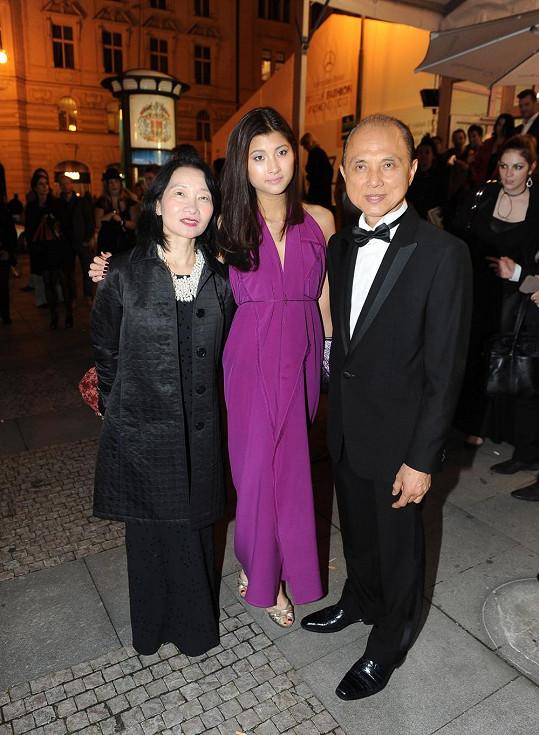 Rodina Choo před stanem. Manželka Rebecca, dcera Emilly a slavný návrhář Jimmy Choo osobně.