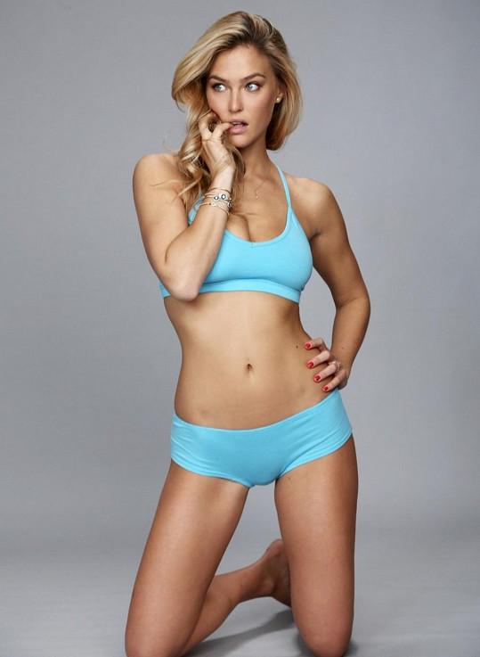 Modelka předvádí kolekci domácích oděvů a spodního prádla své značky Under Me.