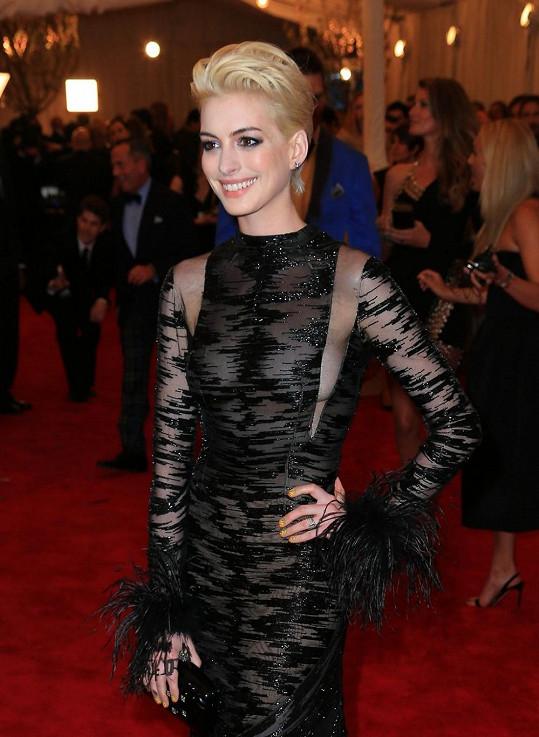 Anne Hathaway udivila hosty nejen změnou barvy vlasů, ale rovněž výběrem šatů.