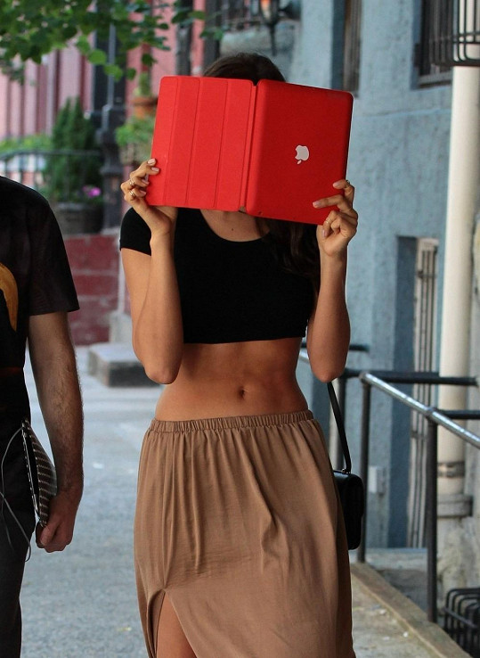 Irina Shayk na své postavě tvrdě pracuje, proto si může dovolit nosit krátká trička.