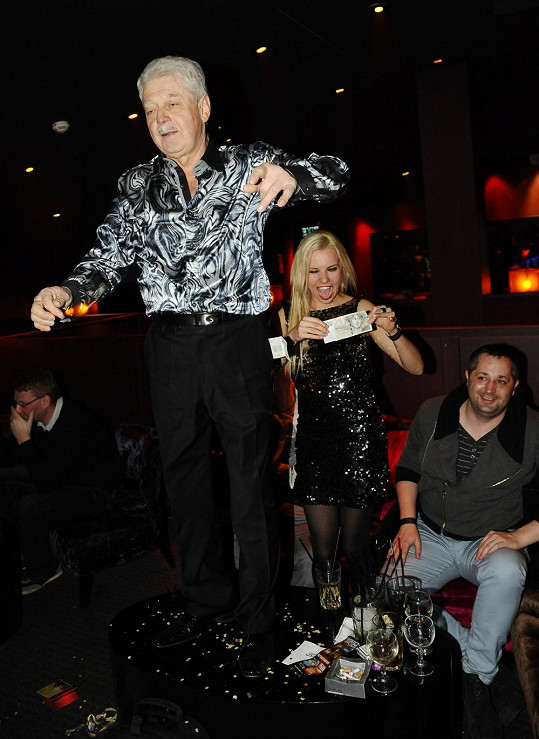 Do cesty rozdováděné Kristelové vstoupil alkoholem posilněný starší muž. Striptýzové číslo na stolku bylo na světě.