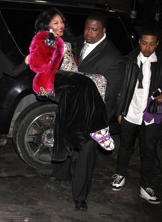 Lil Kim se nechala nosit od bodyguarda.