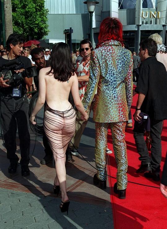 Rose McGowan v roce 1998 šokovala svými šaty všechny na předávání cen MTV.