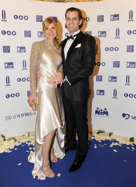 Na ples Kotvalovou doprovodil její partner Roman Hajabáč.