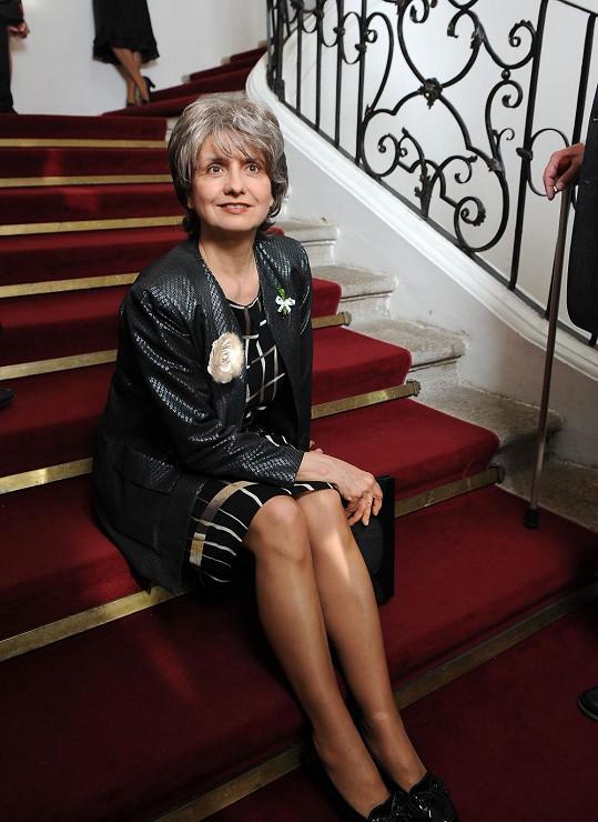 Tak, jako vypadá Veronika v seriálu Vyprávěj, by chtěla vypadat každá osmdesátnice.