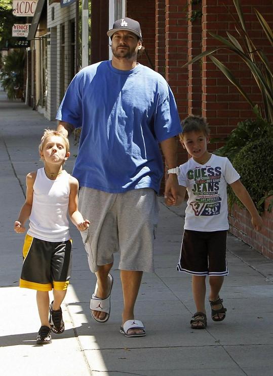 Kevin Federline se syny Seanem Prestonem (vlevo) a Jaydenem Jamesem.
