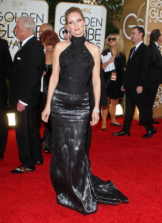 V modelu od Versaceho s americkými průramky a goticku sukní s vlečkou působila Uma Thurman jako by si zrovna odskočila z natáčení béčkového hororu. Navíc jí róba odhaluje vyklenuté bříško.