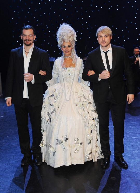 Poprvé si kostým Marie Antoinetty oblékla na plese. Doprovod jí dělali zpěváci Dušan Vitázek a David Deyl, kteří se budou střídat v roli Axela Fersena, královnina milence.