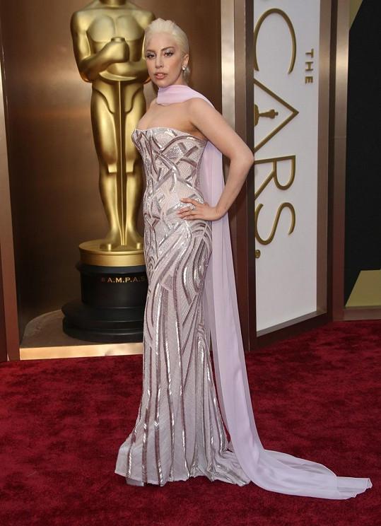 Lady Gaga nijak neoslnila v říze zvýrazňující křivky doplněné šifonovým šálem. Očekávali jsme něco víc od umělkyně, která v oblékání neváhá jít vždy až na dřeň.