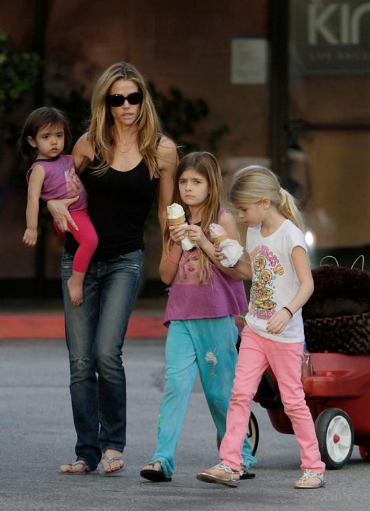 Denise se všemi třemi dcerami.