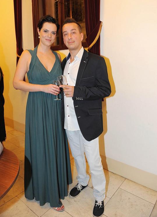 Petr Bende s manželkou, která šaty nakupuje v obchodním řetězci.