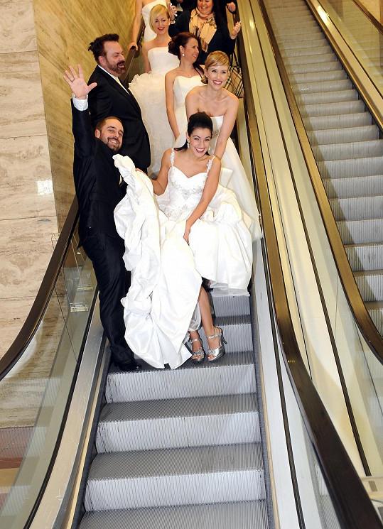 Genny se ženichem Petrem Kutheilem na eskalátorech