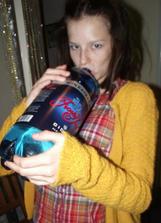Teenagerka pila levný cider.