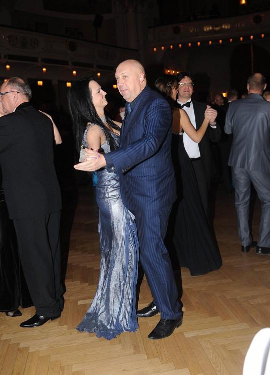 Veronika se starostou při tanci.