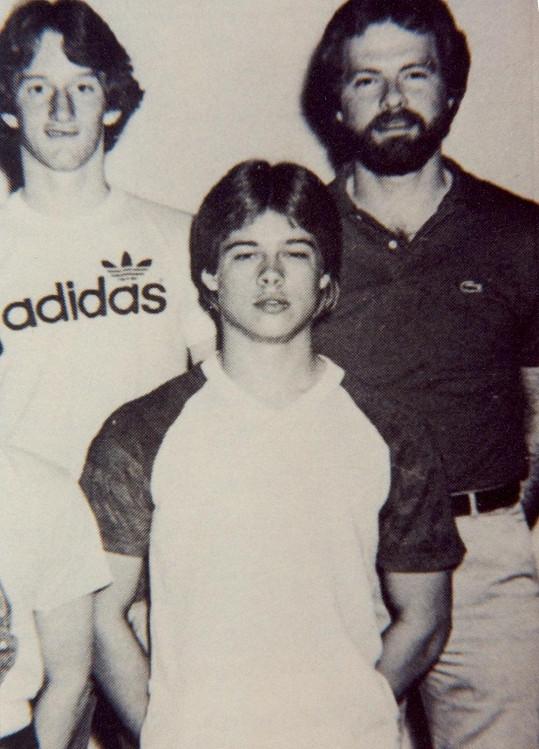 Hollywoodský herec na archivním snímku se spolužáky.
