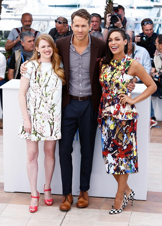 Herečka se svými kolegy Ryanem Raynoldsem a Mireille Enos v Cannes