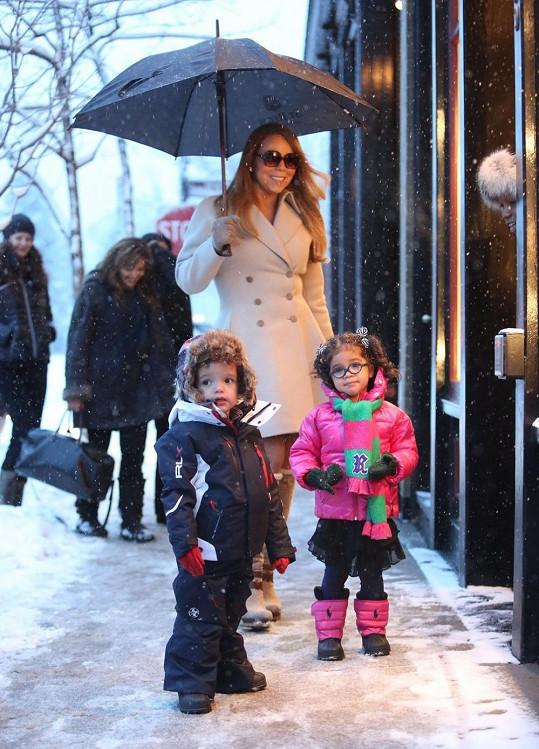 Mariah Carey s tříletými dvojčátky Monroe a Morrocanem.