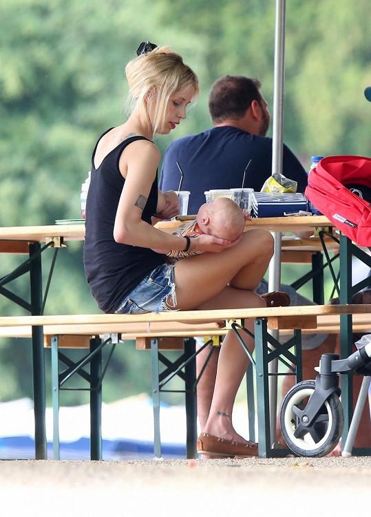 Peaches Geldof je zastánkyní kojení na veřejnosti.