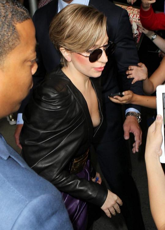 Lady Gaga slovo stud nezná, bez podprsenky chodí často.