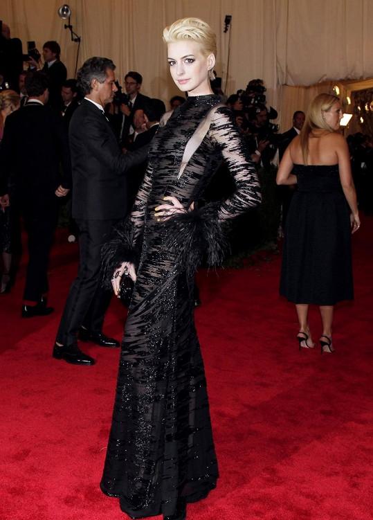 Anne Hathaway, jsi to vůbec ty? Herečka se předvedla jako módní chameleon s novým platinovým odstínem vlasů. Zároveň dráždivě odhalila ze strany ňadra ve vintage šatech od Valentina.