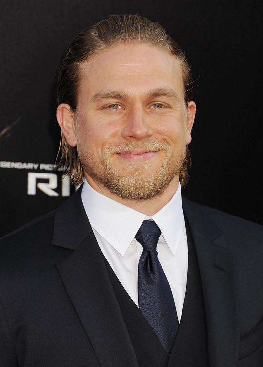Charlie Hunnam byl obsazen do role Christiana Greye.
