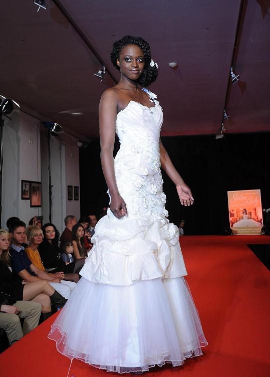 Na přehlídce svatebních šatů nechyběla ani tato exotická kráska.