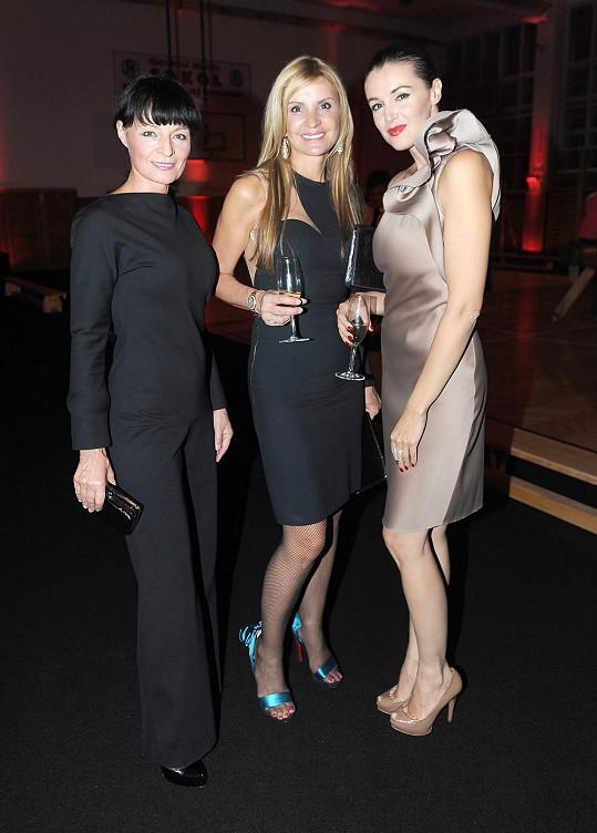 Zprava Iva Kubelková, Tamara Kotvalová a Liběna Rochová na párty