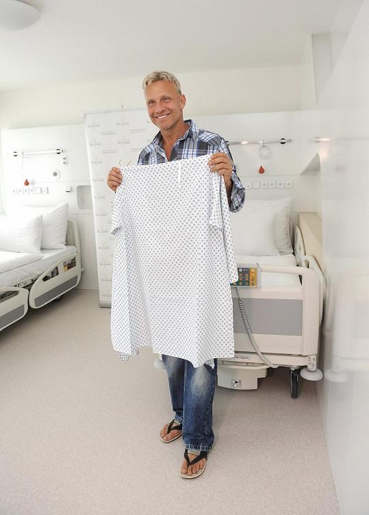 Martin se psychicky připravuje na to, že si před naší fotografkou obleče typický nemocniční úbor, tzv. andělíčka.