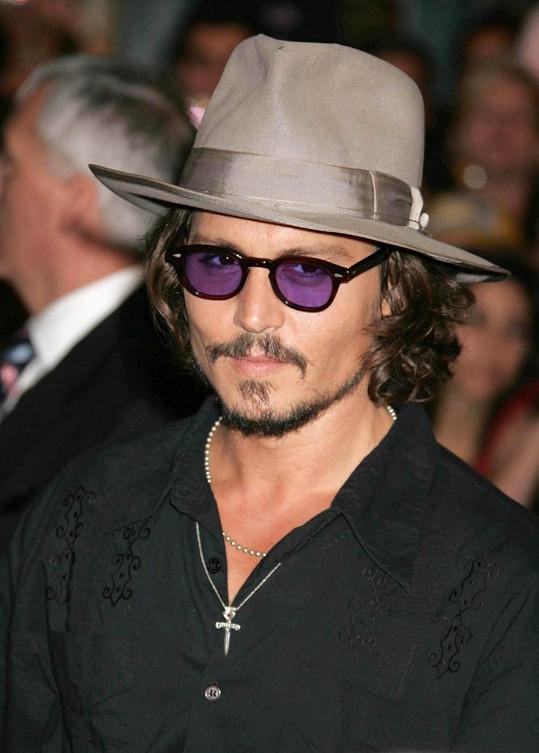Johnny Depp v klobouku na premiéře Pirátů z Karibiku v roce 2006.