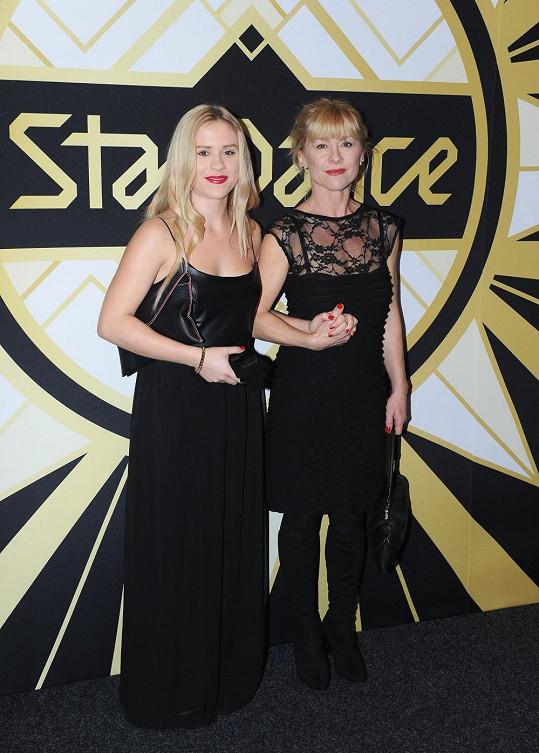Obě dámy zářily v odvážných sexy šatech.